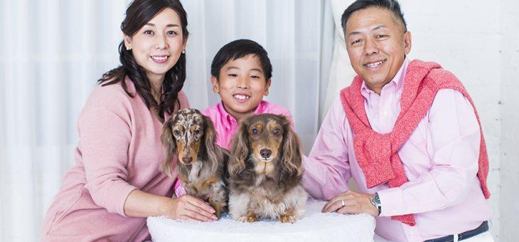 ペットと一緒のご家族写真