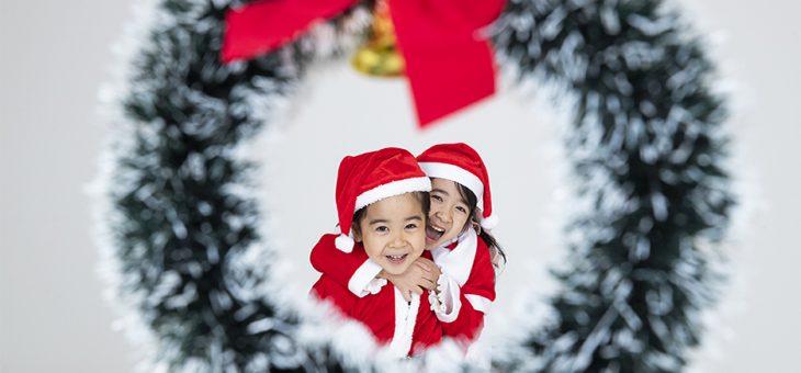 楽しく仲良い姉弟のクリスマスポートレート